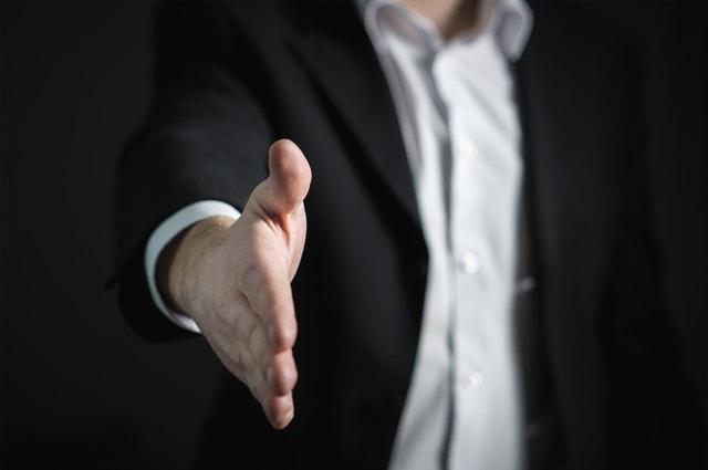 مدير تسويق شركة تسويق مصافحة يد