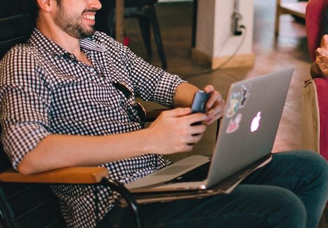 شخص يجلس على الكمبيوتر ويحاول ايجاد عملا من حول العالم